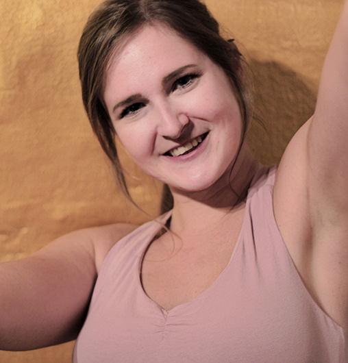 Juliane Potzel - Unsere LeMani Yogini. Sie bietet hier in der Praxis mehrmals wöchentlich Yogakurse an.