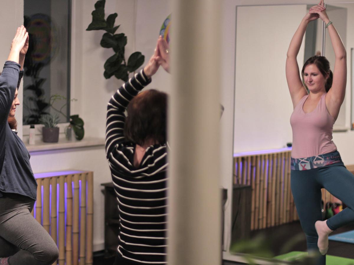 Juliane unsere LeMani Yogini in der Yoga-Stunde